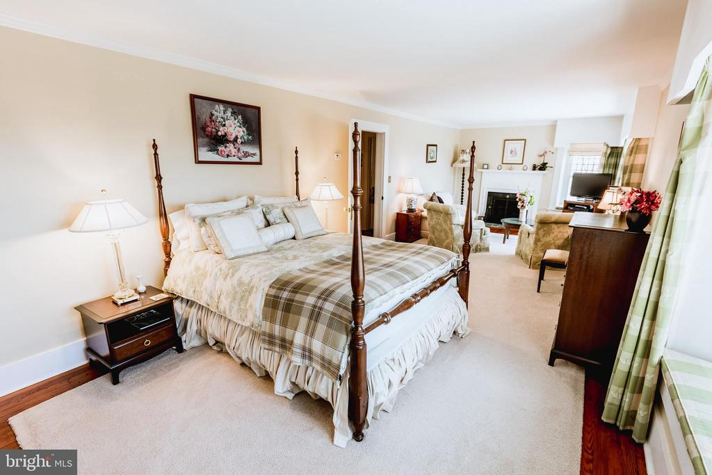 Large bedroom with sitting area. - 18490 BLUERIDGE MOUNTAIN RD, BLUEMONT