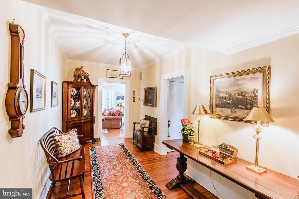 Wide foyer - 18490 BLUERIDGE MOUNTAIN RD, BLUEMONT
