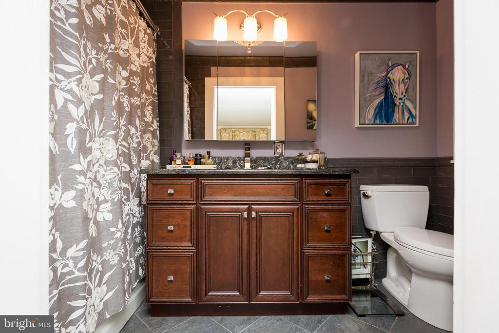 His and her bathrooms. - 18490 BLUERIDGE MOUNTAIN RD, BLUEMONT