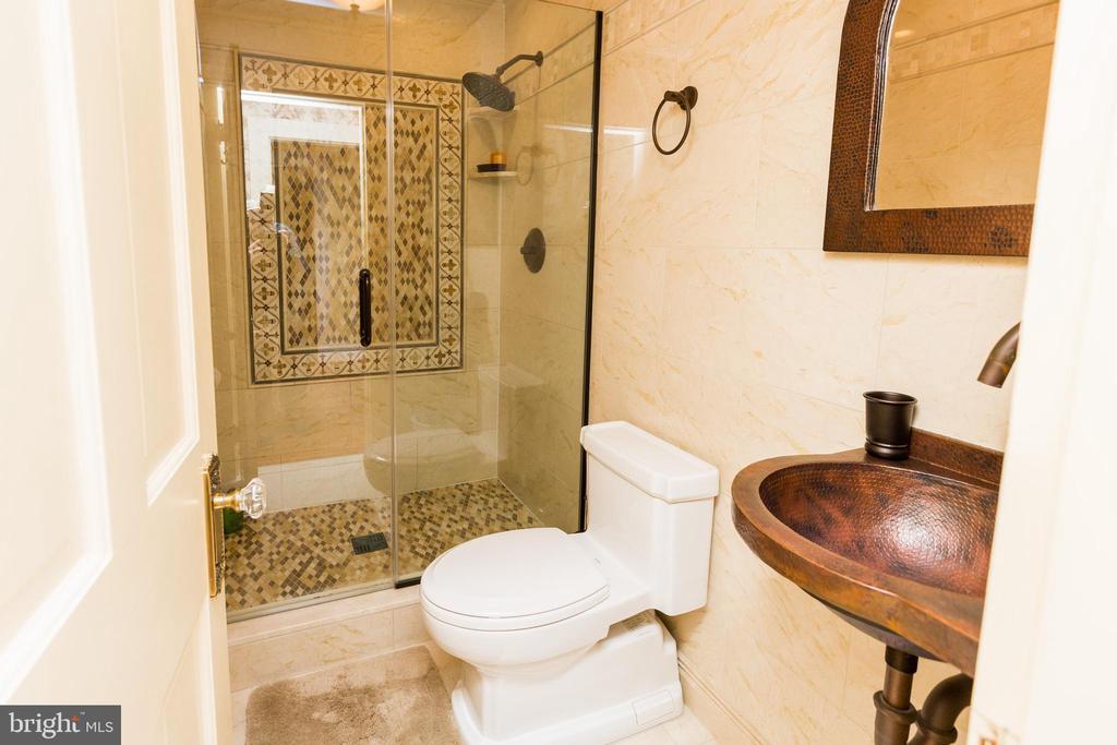 His Bathroom. - 18490 BLUERIDGE MOUNTAIN RD, BLUEMONT