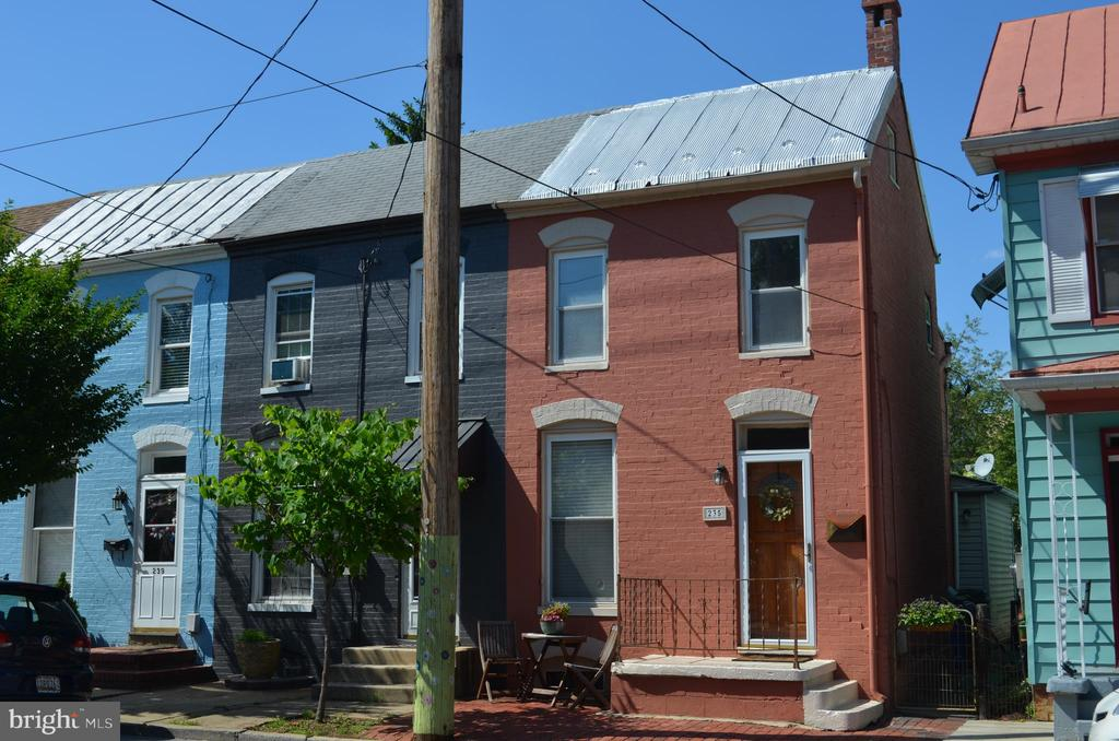 Beautiful end unit row home - 235 W 5TH ST, FREDERICK