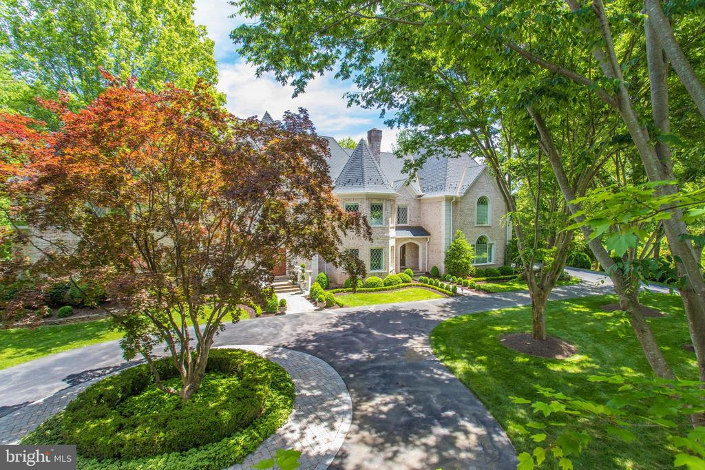 Circular drive with extensive hardscape - 10010 HIGH HILL PL, GREAT FALLS