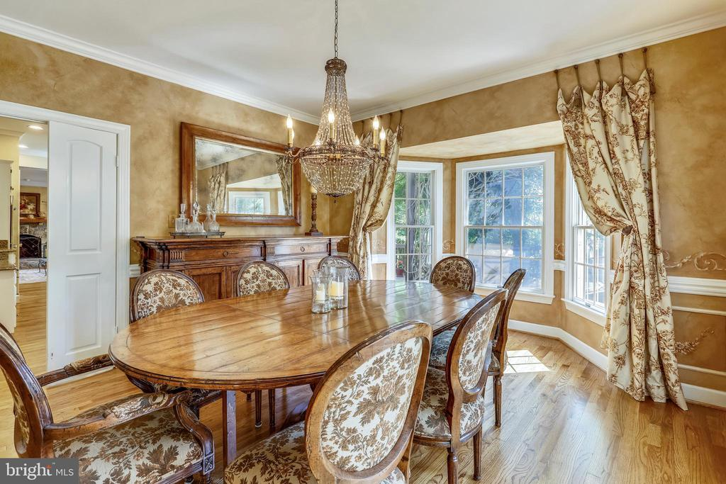 Formal dining room with bay window - 11 CLIMBING ROSE CT, ROCKVILLE