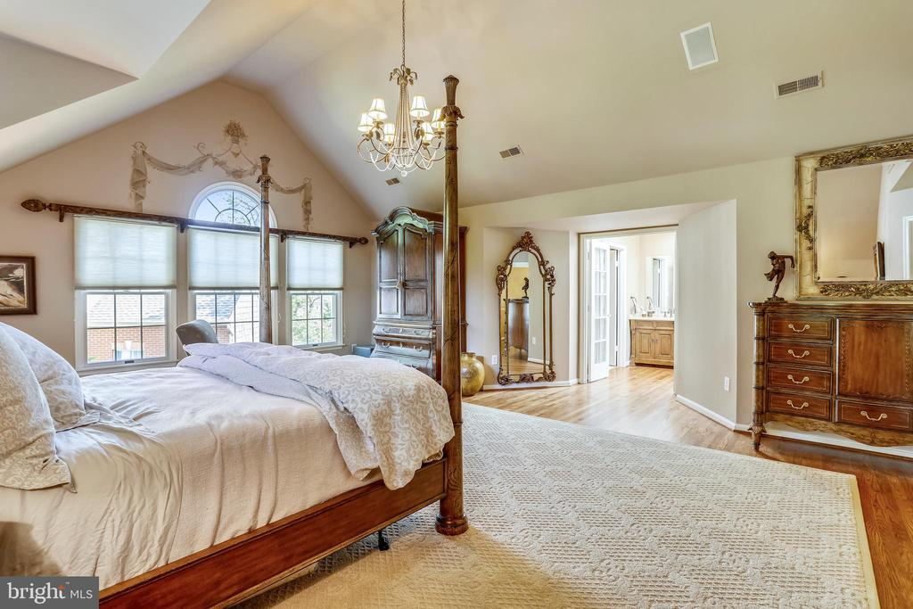 Master bedroom suite with hardwood flooring - 11 CLIMBING ROSE CT, ROCKVILLE