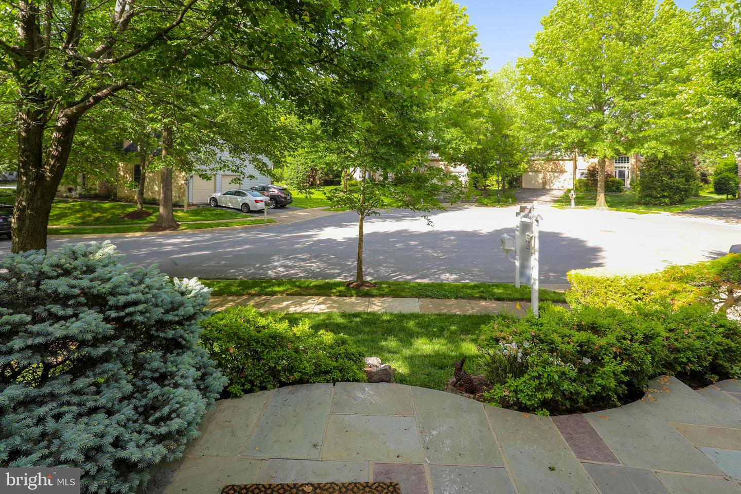 Additional photo for property listing at 11 Climbing Rose Ct Rockville, Maryland 20850 United States