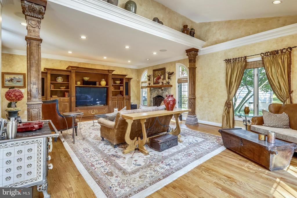 Family room with hand carved decorative columns - 11 CLIMBING ROSE CT, ROCKVILLE
