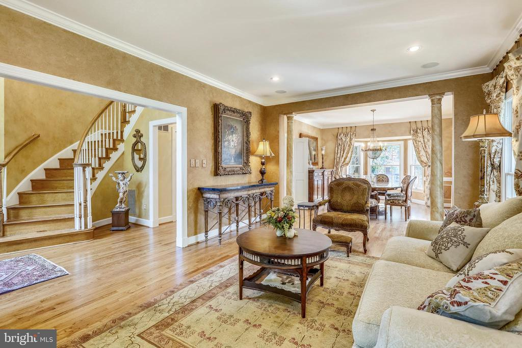 Living room with crown molding and hardwoods - 11 CLIMBING ROSE CT, ROCKVILLE