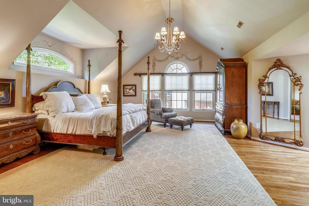 Master bedroom suite with cathedral ceilings - 11 CLIMBING ROSE CT, ROCKVILLE