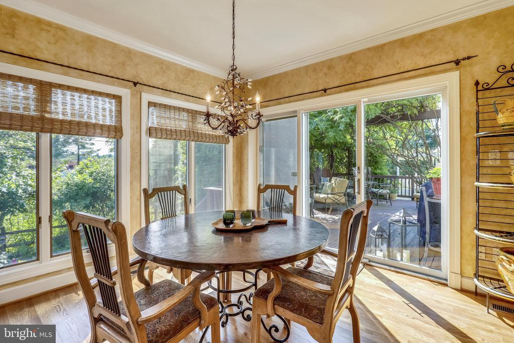 Sunroom with SGD to deck and backyard - 11 CLIMBING ROSE CT, ROCKVILLE