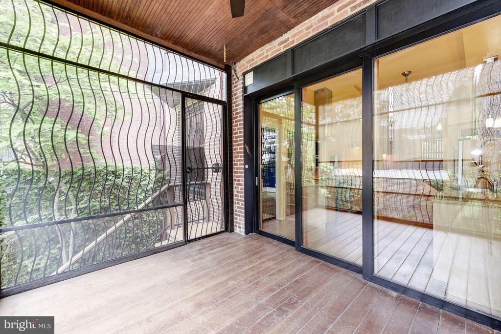 Serene Porch Oasis, Fully Screened In - 2506 CLIFFBOURNE PL NW, WASHINGTON