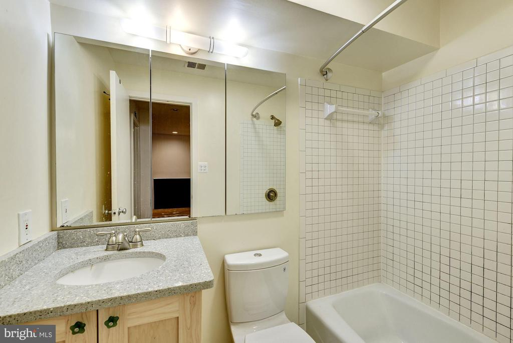 Full Bath - 2506 CLIFFBOURNE PL NW, WASHINGTON