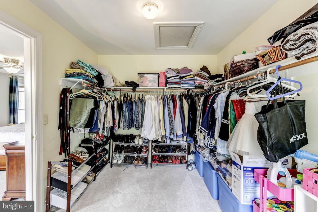 Master walk in closet - 43255 TISBURY CT, CHANTILLY