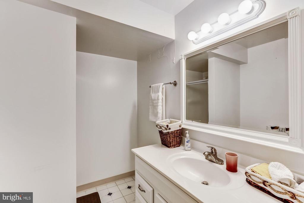 Full Bathroom 5 ( Basement ) - 43255 TISBURY CT, CHANTILLY