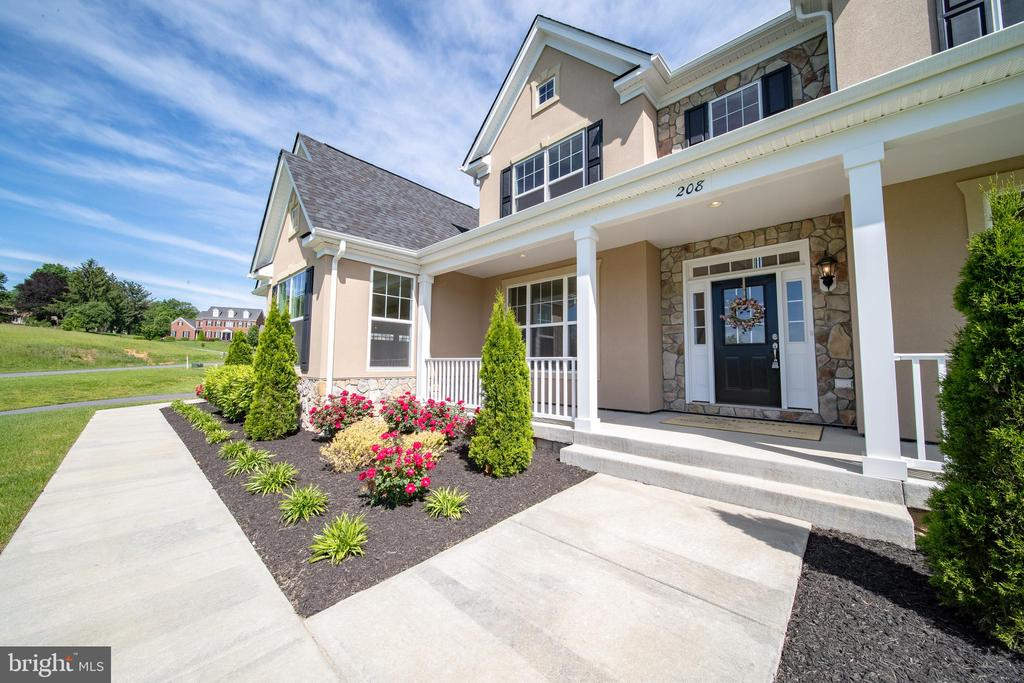 Manicured landscaping - 208 SAINT ANDREWS CT, WINCHESTER