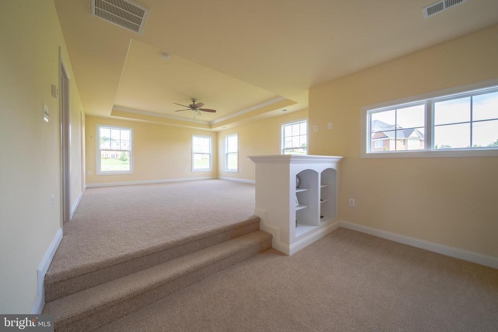 Sitting Area in Owners Suit - 208 SAINT ANDREWS CT, WINCHESTER