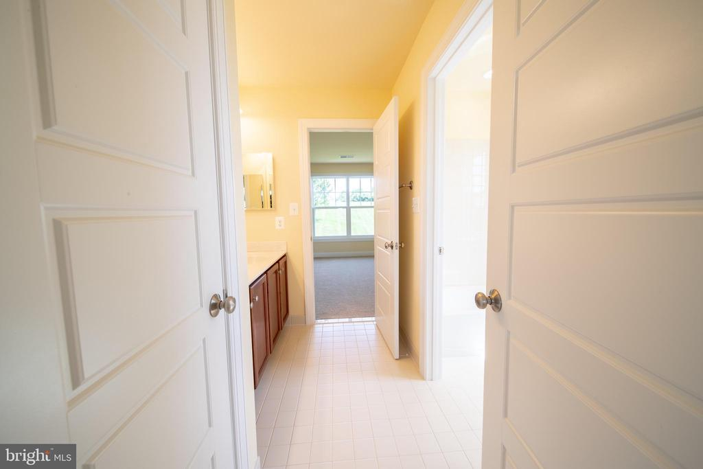 Wonderful Jack and Jill Bathroom - 208 SAINT ANDREWS CT, WINCHESTER