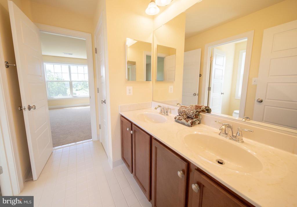 Spacious bathroom - 208 SAINT ANDREWS CT, WINCHESTER
