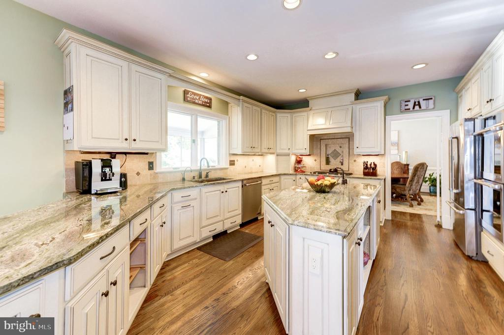 Cook's kitchen with new high end appliances - 9496 LYNNHALL PL, ALEXANDRIA