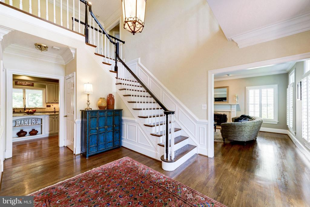 Foyer with exquisite molding - 9496 LYNNHALL PL, ALEXANDRIA
