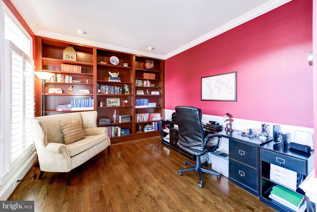 Office with built-ins bookshelves - 9496 LYNNHALL PL, ALEXANDRIA