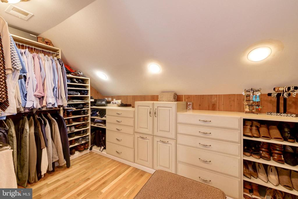 Master suite walk-in closet - 9496 LYNNHALL PL, ALEXANDRIA