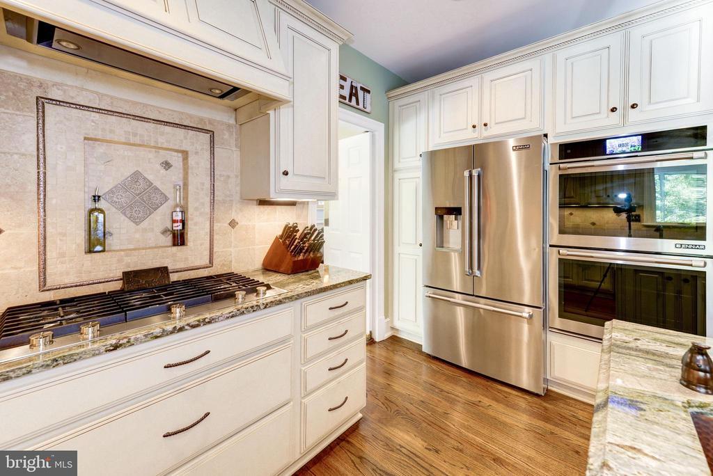 Kitchen with new Jenn Air appliances - 9496 LYNNHALL PL, ALEXANDRIA