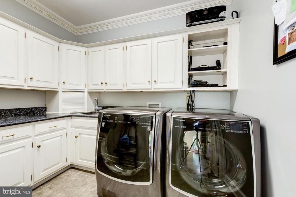 Bright laundry room on main level - 9496 LYNNHALL PL, ALEXANDRIA