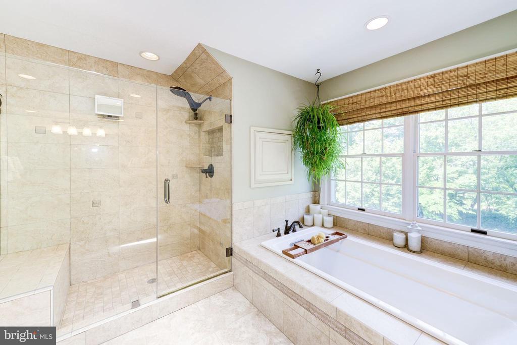 Master  soaking tub and glass shower - 9496 LYNNHALL PL, ALEXANDRIA