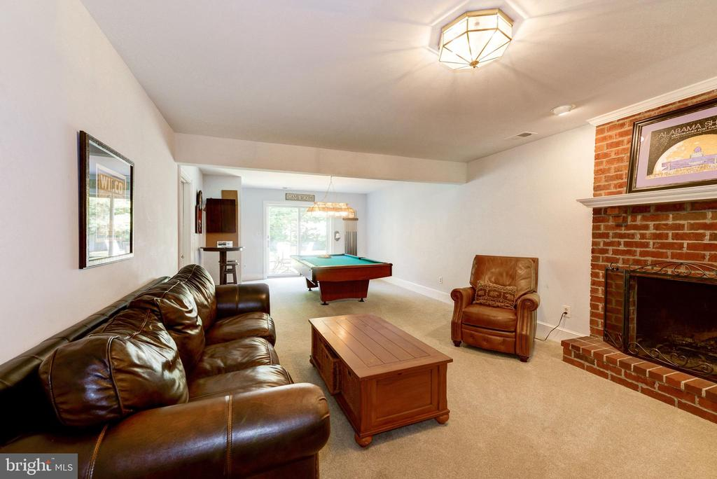 Fully finished lower level walks out to patio - 9496 LYNNHALL PL, ALEXANDRIA