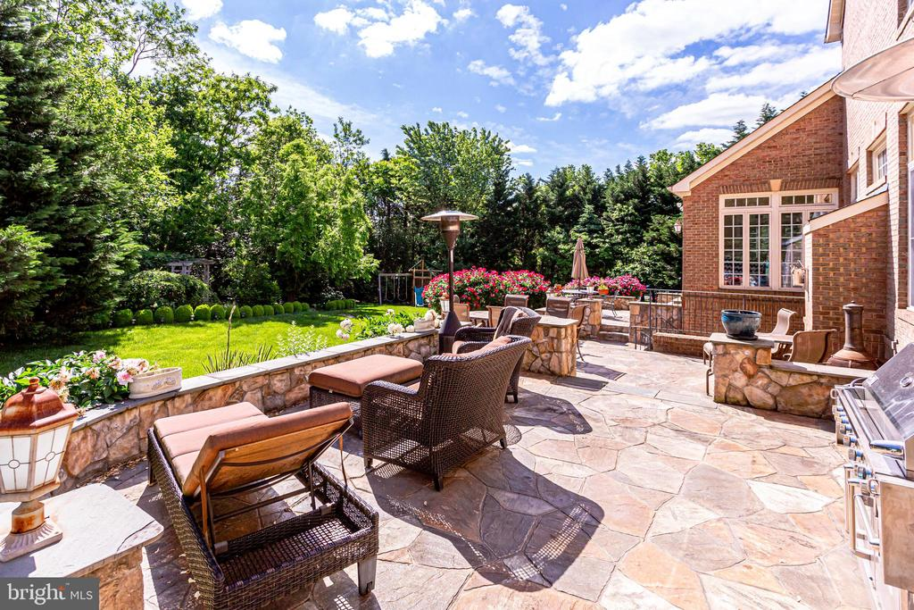 Beautiful stone patio perfect for entertaining - 11580 CEDAR CHASE RD, HERNDON