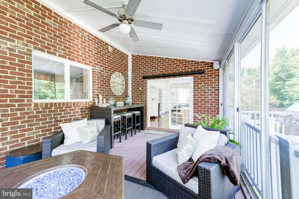 Screened porch with high ceilings - 9496 LYNNHALL PL, ALEXANDRIA
