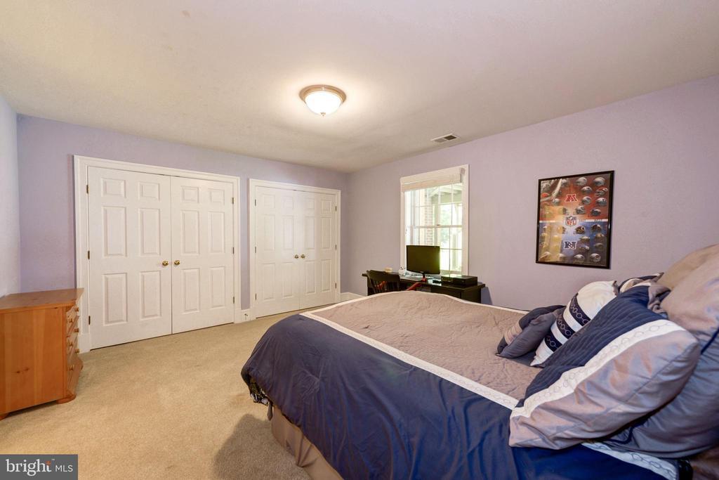 Bedroom in lower level w/ full bath - 9496 LYNNHALL PL, ALEXANDRIA