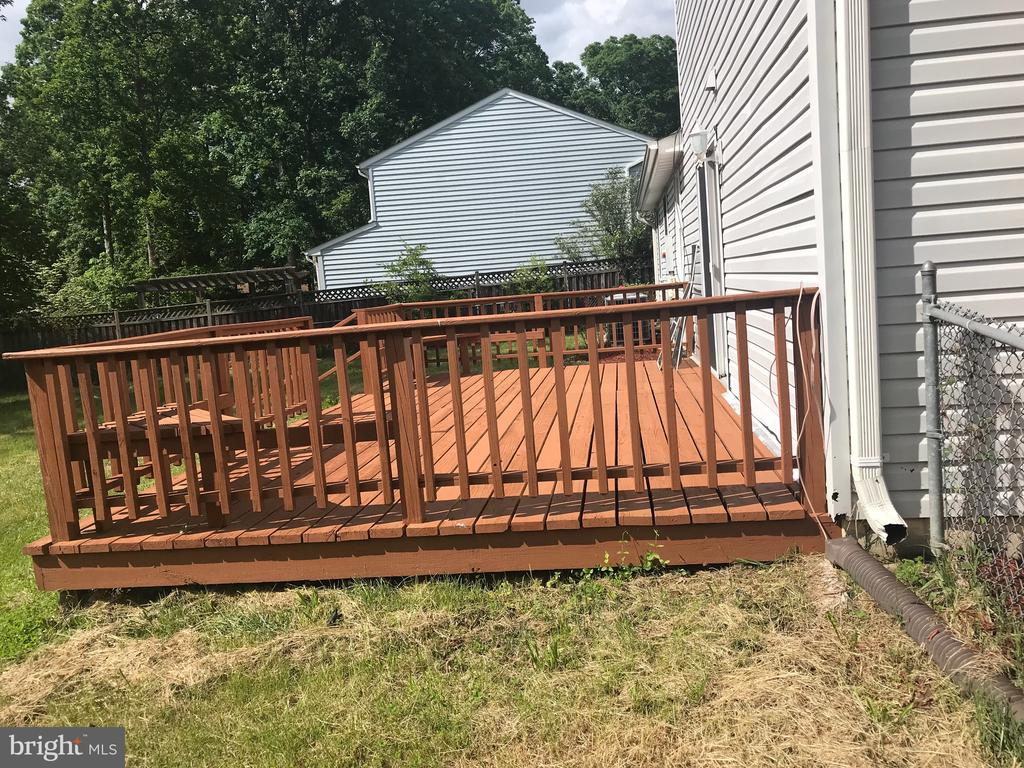 Back yard with deck - 6906 BETHNAL CT, SPRINGFIELD