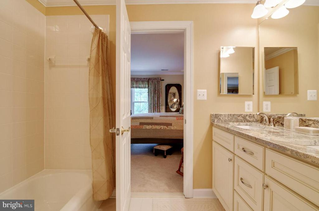 jack and Jill bathroom between bedrooms - 1641 WHITE PINE DR, VIENNA