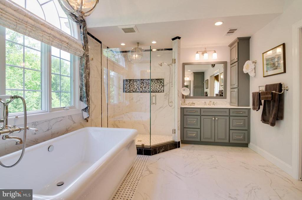 Large soaking tub & separate shower in MBR bath - 1641 WHITE PINE DR, VIENNA