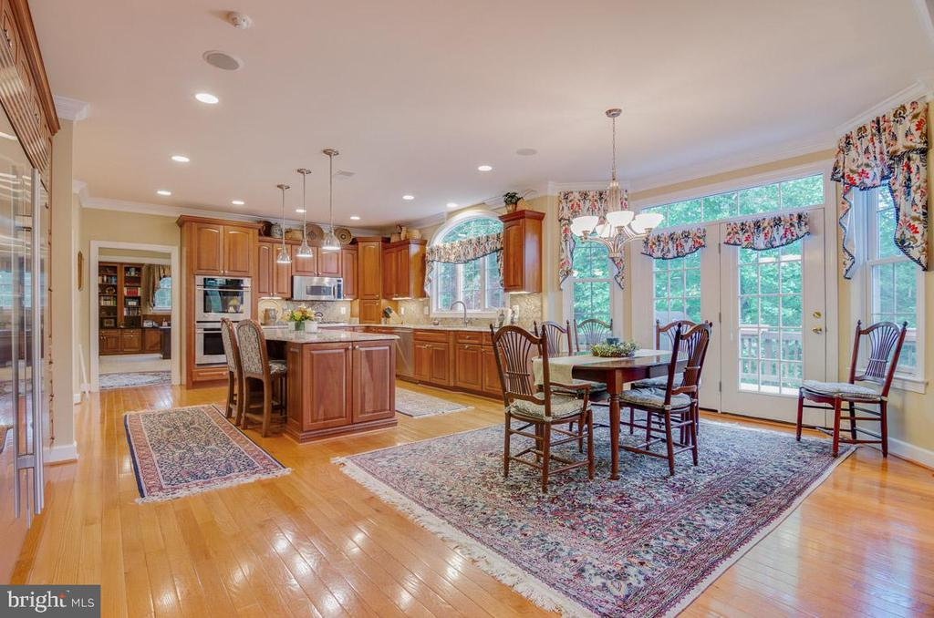 Large eat-in breakfast room off kitchen - 1641 WHITE PINE DR, VIENNA