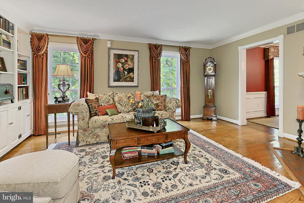 2 floor-to-ceiling windows and crown molding - 8317 CATHEDRAL FOREST DR, FAIRFAX STATION