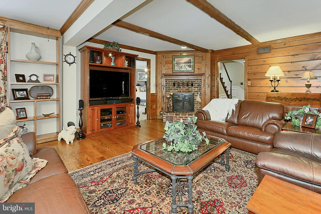 Exposed beam ceiling and built in bookcases - 8317 CATHEDRAL FOREST DR, FAIRFAX STATION