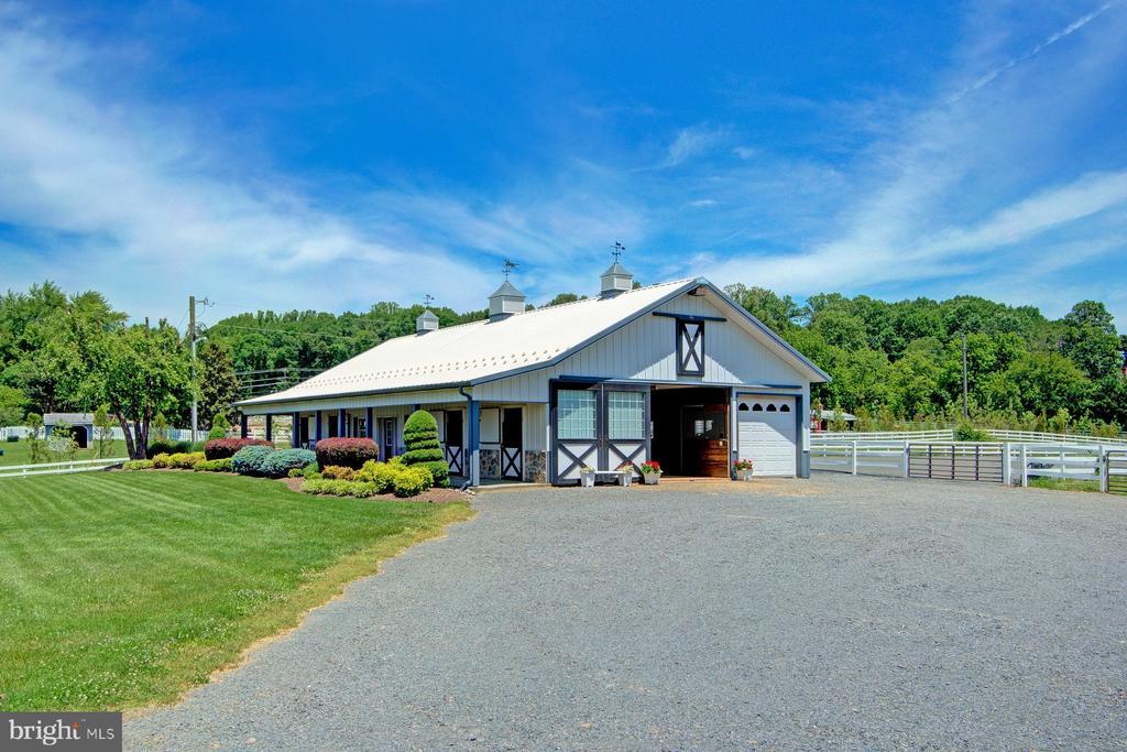 Wonderful 8-stall center aisle barn - 6501 CLIFTON RD, CLIFTON