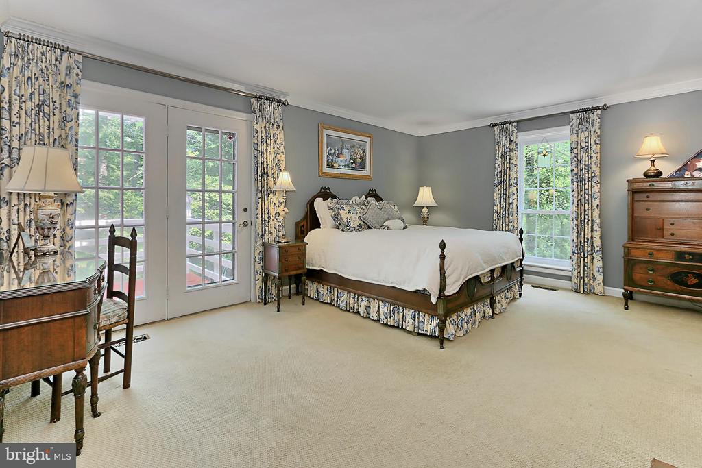 Main floor carpeted master bedroom - 8317 CATHEDRAL FOREST DR, FAIRFAX STATION