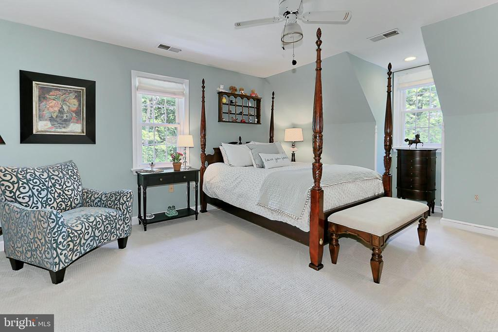 Upstairs junior suite carpeted with private bath - 8317 CATHEDRAL FOREST DR, FAIRFAX STATION