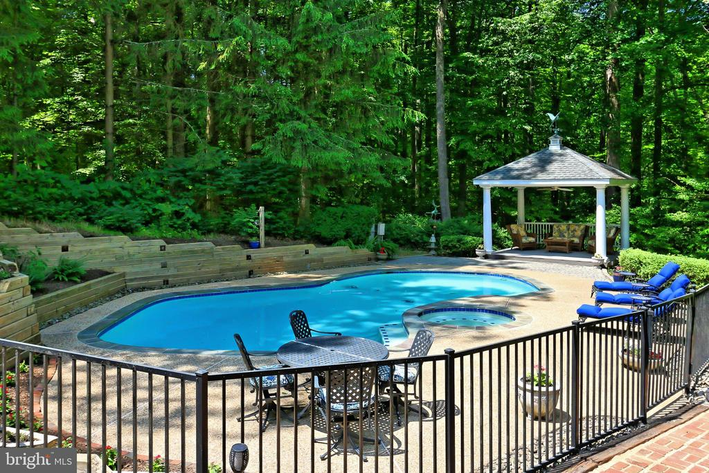Sparkling private pool - 8317 CATHEDRAL FOREST DR, FAIRFAX STATION