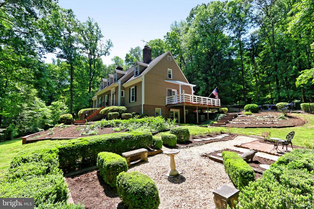 Ornamental garden with seating area - 8317 CATHEDRAL FOREST DR, FAIRFAX STATION
