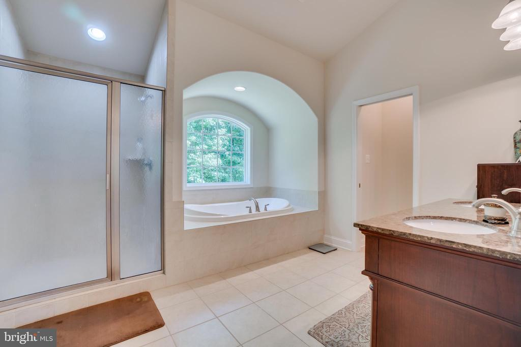 Picture Window & Arched Ceiling over the Tub - 2714 BROOKE RD, STAFFORD