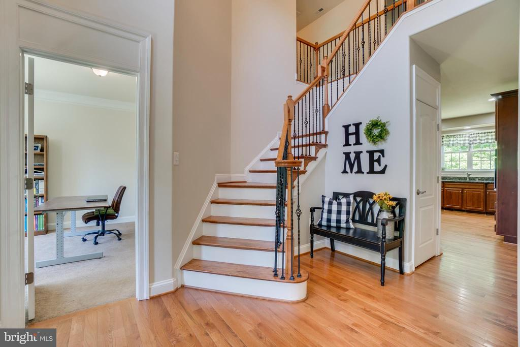 Curved Staircase with Hardwood Steps - 2714 BROOKE RD, STAFFORD