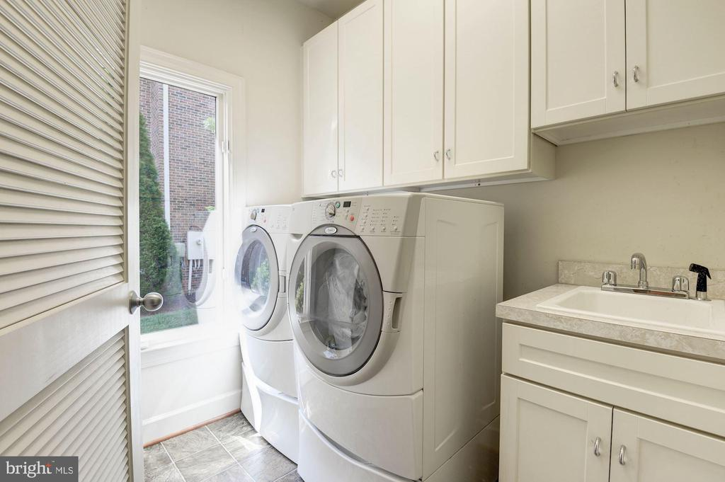 Main level laundry-top of the line washer-dryer - 22978 LOIS LN, BRAMBLETON