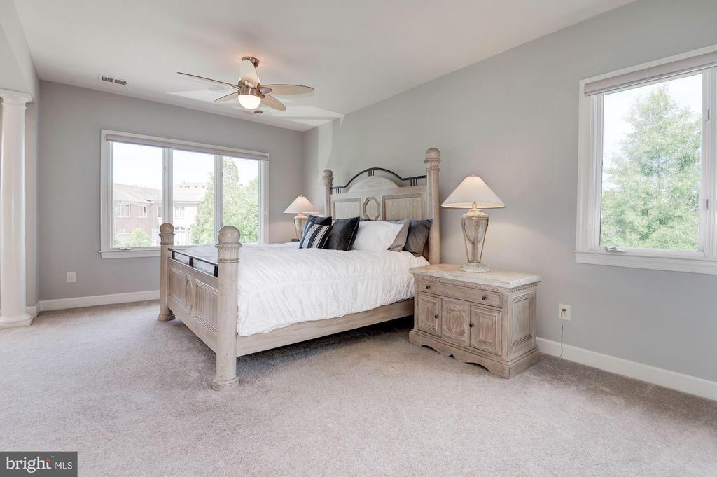 Spacious master bedroom suite - 22978 LOIS LN, BRAMBLETON