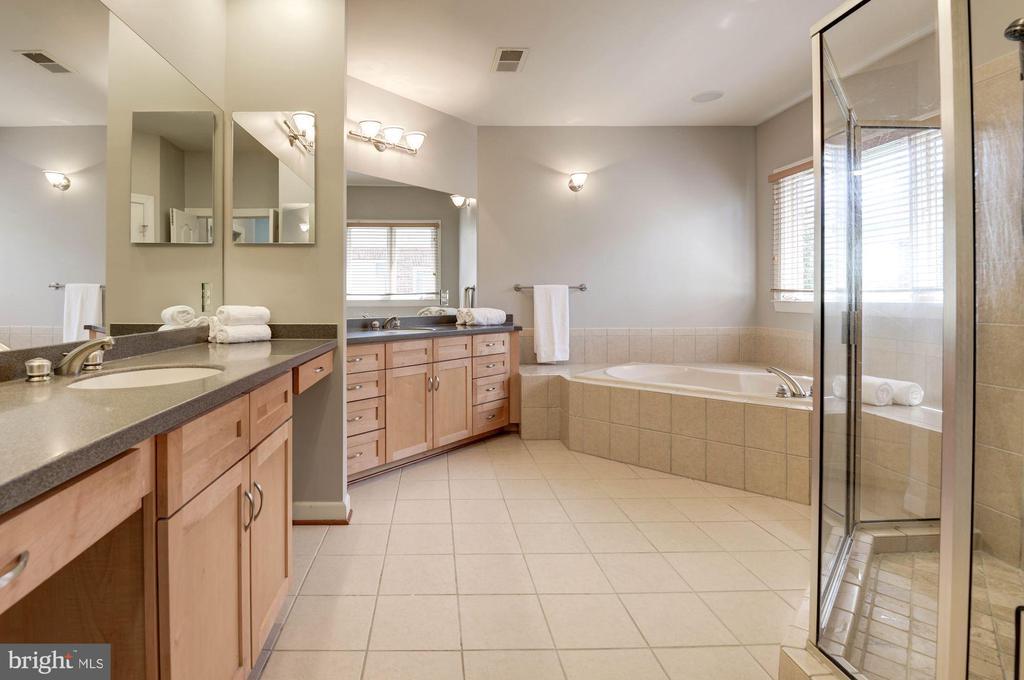 Enormous master bath with dual vanities - 22978 LOIS LN, BRAMBLETON