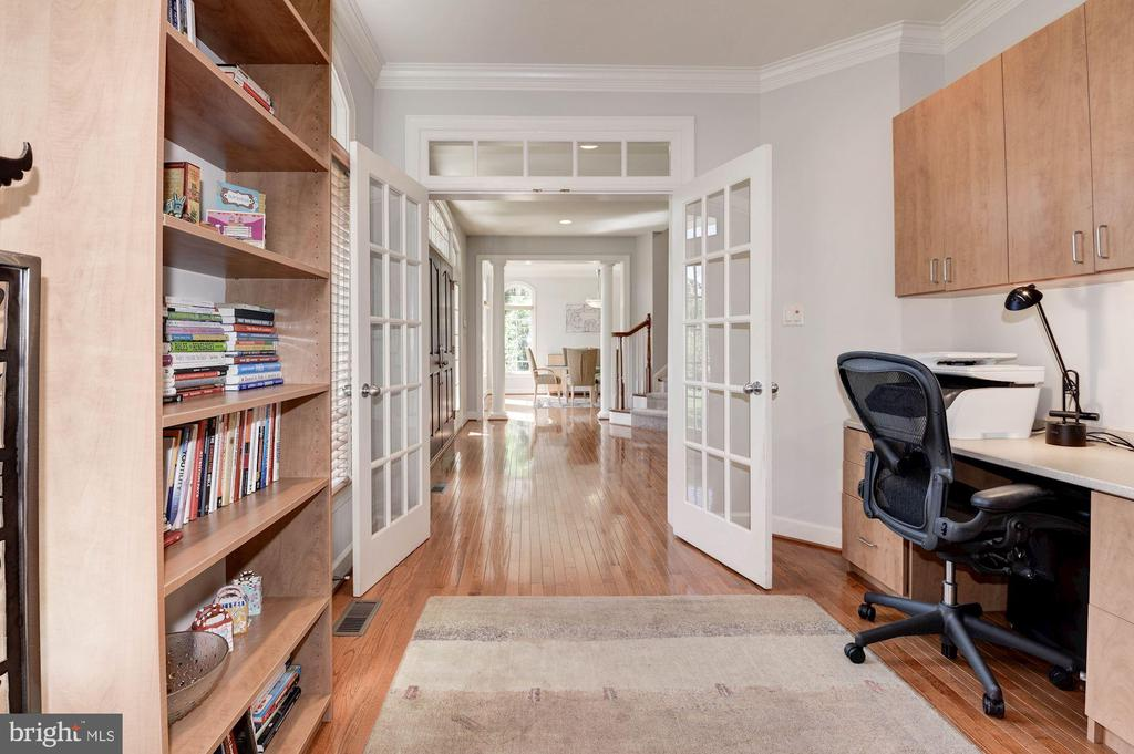 Office with custom built ins - 22978 LOIS LN, BRAMBLETON