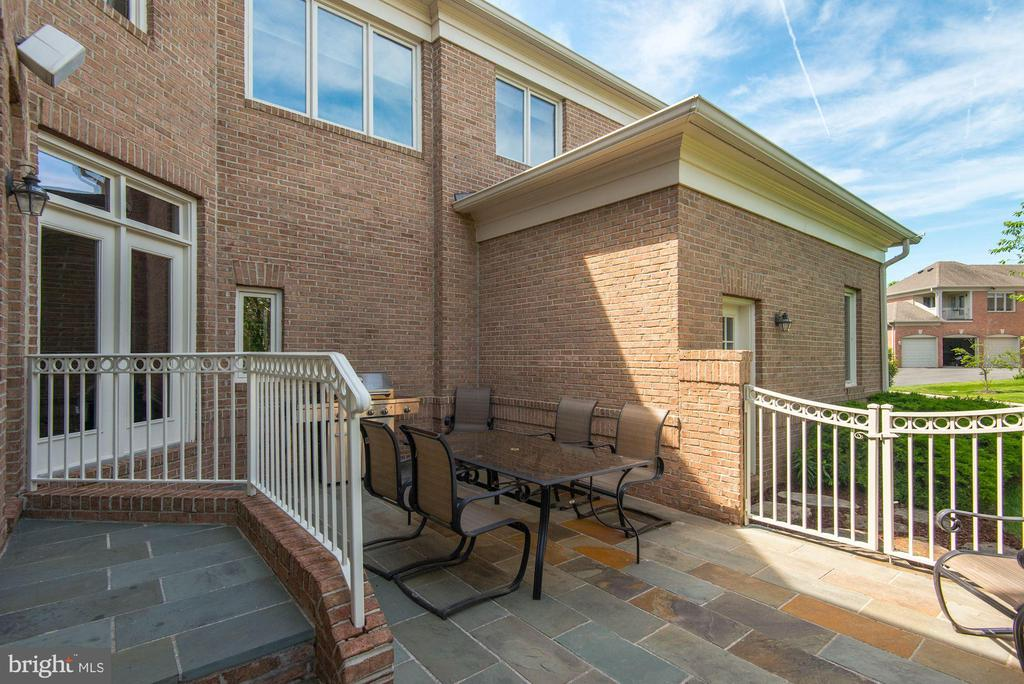 Beautiful stone patio - 22978 LOIS LN, BRAMBLETON